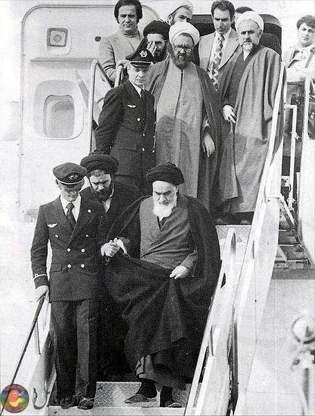 روحالله خمینی در حال پیادهشدن از هواپیما.