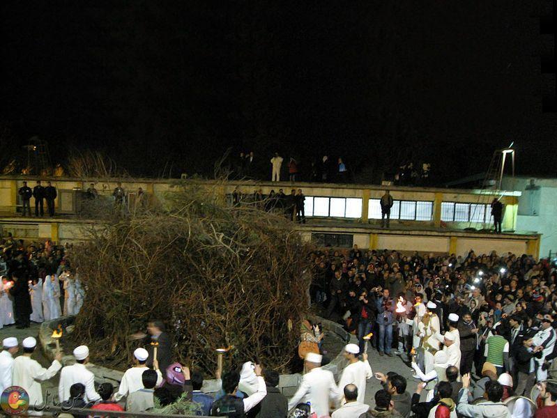 روشن کردن آتش جشن سده سال ۱۳۸۹ توسط موبدان زرتشتی